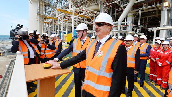 Президент Ильхам Алиев принял участие в церемонии отправки в море верхних строений платформы, построенного для Шахдениз-2 - Sputnik Азербайджан