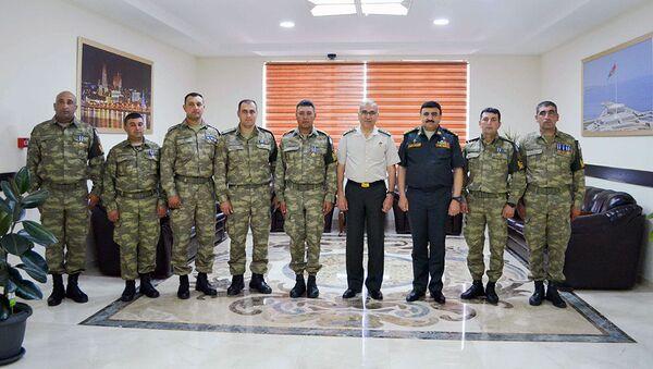 Начальник штаба НАТО в Измире генерал-майор Эрхан Узун с азербайджанскими миротворцами - Sputnik Азербайджан
