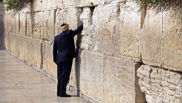 Президент США Дональд Трамп у Восточной стены в Иерусалиме, 22 мая 2017 года - Sputnik Азербайджан