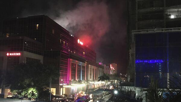 Дым над зданием отеля и казино Resorts World в центре Манилы, Филиппины - Sputnik Азербайджан