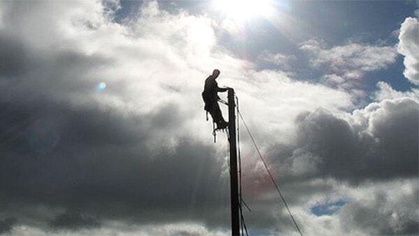 Электрик на столбе, фото из архива - Sputnik Азербайджан