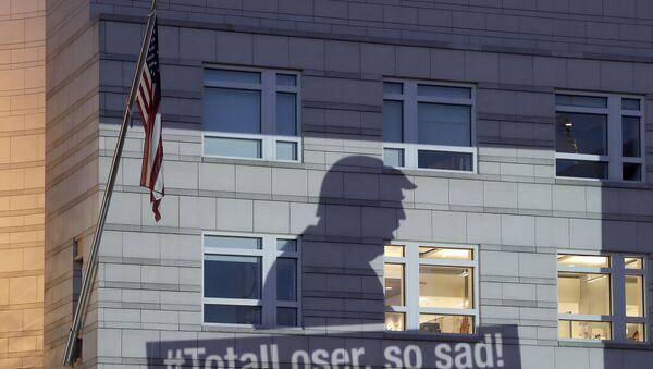 Баннер Гринпис с изображением президента США Дональда Трампа проецируется на фасад посольства США в Берлине, 2 июня 2017 года - Sputnik Азербайджан