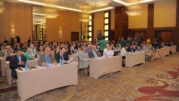 Azərbaycan-Gürcüstan-Türkiyə üçtərəfli əlaqələri ilə bağlı beynəlxalq konfransın iştirakçıları - Sputnik Azərbaycan