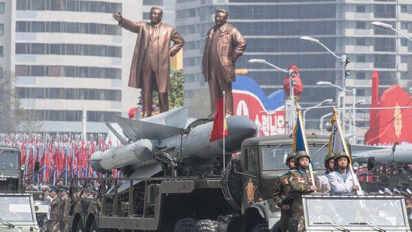 Зенитно-ракетный комплекс (ЗРК) С-200 Корейской народной армии во время парада, приуроченного к 105-й годовщине со дня рождения основателя северокорейского государства Ким Ир Сена, в Пхеньяне - Sputnik Азербайджан