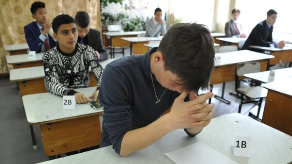 Ученики перед началом экзамена, фото из архива - Sputnik Азербайджан