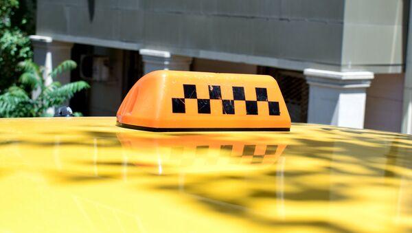 Фонарь такси на крыше автомобиля в Баку - Sputnik Азербайджан