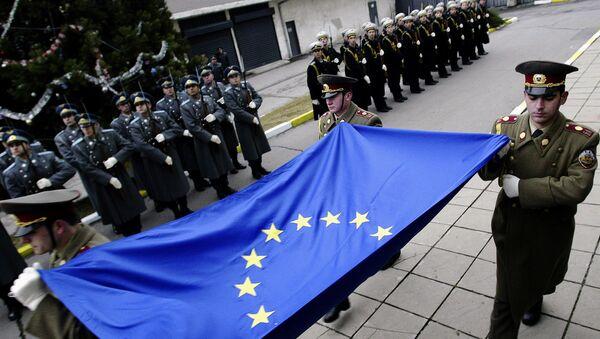 Болгарские офицеры с флагом ЕС, фото из архива - Sputnik Азербайджан
