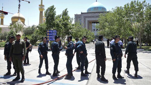 Иранские полицейские у мавзолея Хомейни в Тегеране. 7 июня 2017 года - Sputnik Азербайджан