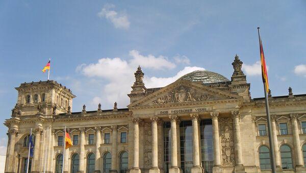 Люди у здания парламента в Берлине - Sputnik Azərbaycan