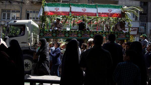Люди на похоронах жертв, терактов в Тегеране, Иран - Sputnik Азербайджан