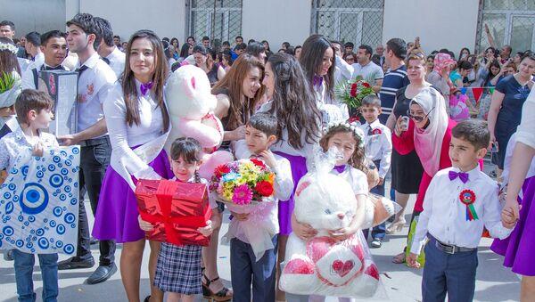 Празднование последнего звонка в одной из бакинских школ - Sputnik Азербайджан