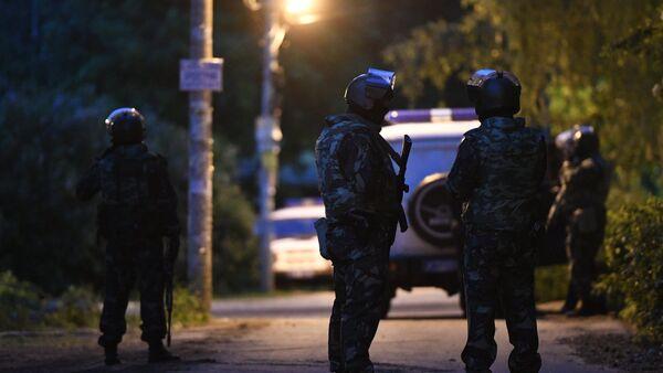 Сотрудники полиции в поселке Кратово Московской области, 10 июня 2017 года - Sputnik Азербайджан