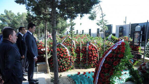 Российская делегация во главе с министром энергетики Александром Новаком у могилы Натига Алиева - Sputnik Азербайджан