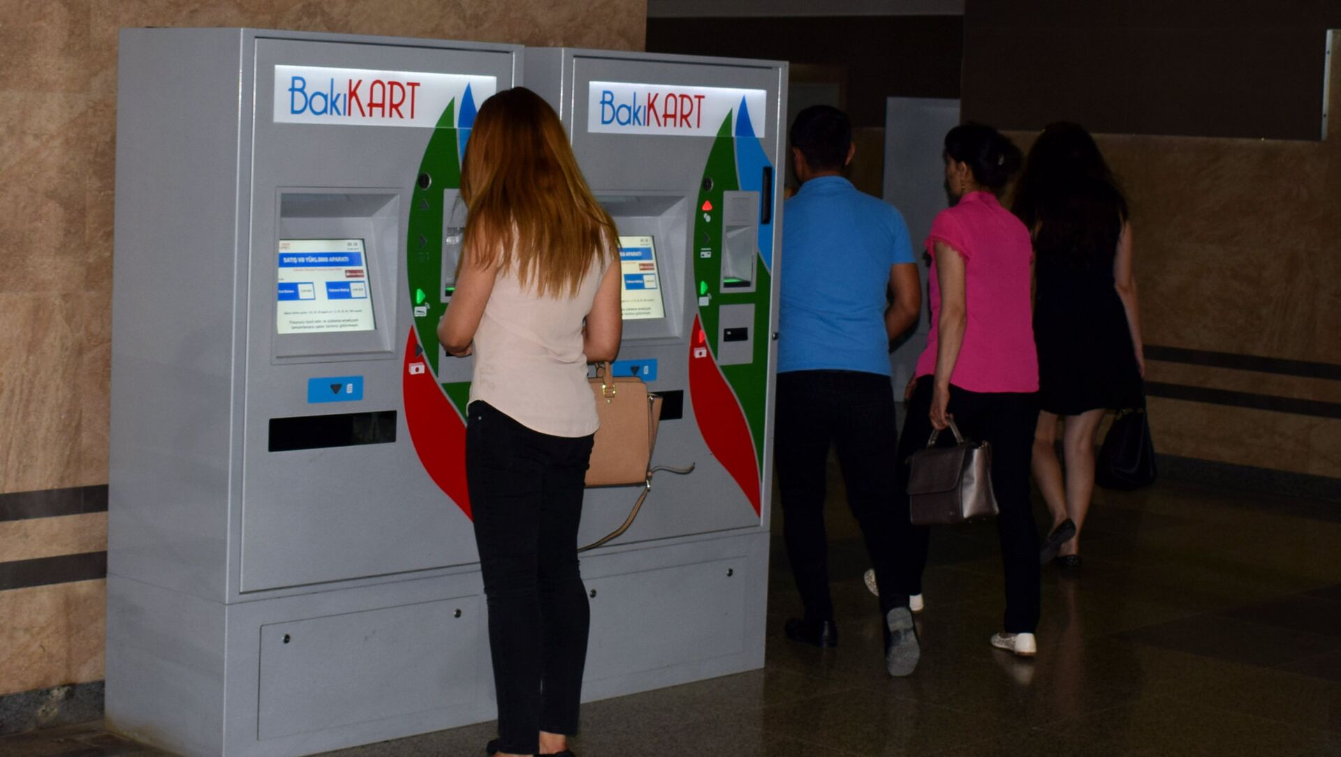 Девушка производит платеж через терминал оплаты на станции бакинского метрополитена  - Sputnik Azərbaycan, 1920, 24.09.2021