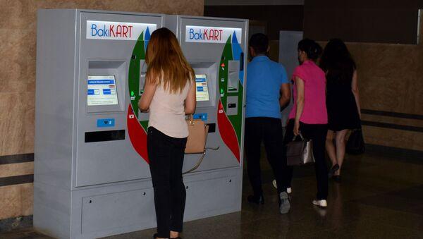 Девушка производит платеж через терминал оплаты на станции бакинского метрополитена  - Sputnik Азербайджан