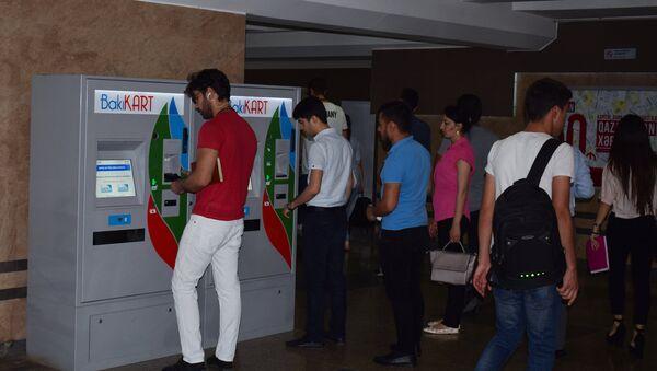 Люди производят платеж через терминал оплаты на станции бакинского метрополитена - Sputnik Азербайджан