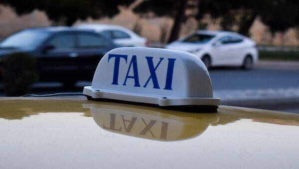Фонарь такси на крыше автомобиля в Баку - Sputnik Azərbaycan