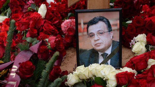 Фотография на могиле посла России в Турции Андрея Карлова на Химкинском кладбище в Москве - Sputnik Азербайджан