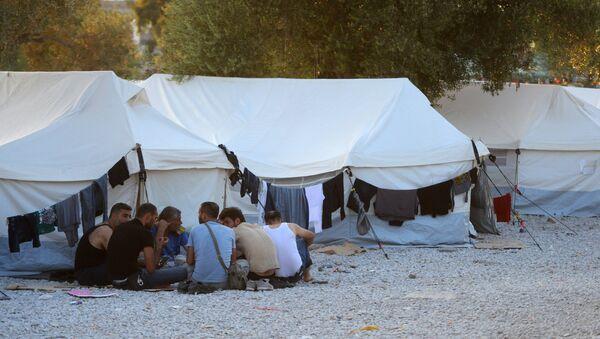 Беженцы из Сирии, Ирака, Эритреи в палаточном лагере в городе Митилини на острове Лесбос в Греции - Sputnik Азербайджан