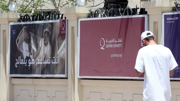 Плакаты на одной ил улиц Дохи, столицы Катара - Sputnik Азербайджан
