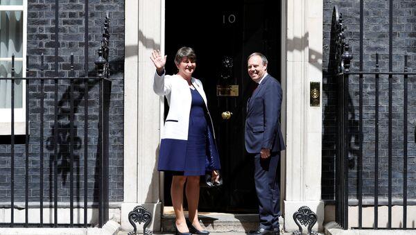 Лидер Демократической юнионистской партии Арлин Фостер и ее заместитель Найджел Доддс на Даунинг-стрит 10 перед переговорами с премьер-министром Великобритании Терезой Мэй, Лондон, 13 июня 2017 года - Sputnik Азербайджан