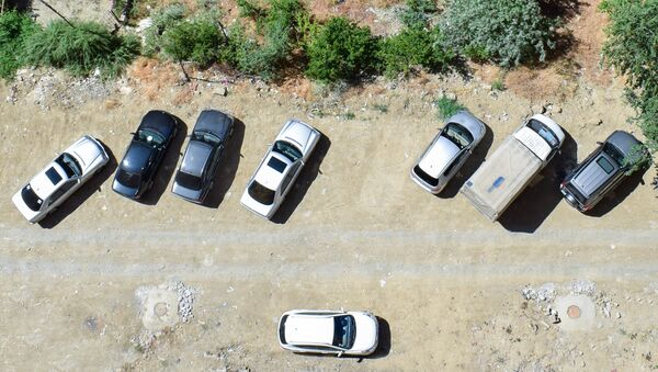 Припаркованные автомобили во дворе жилого дома в Баку - Sputnik Азербайджан