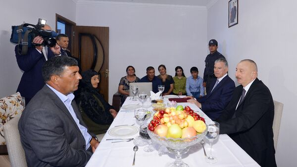 Президент Ильхам Алиев в доме семьи Хазиевых в селе Джоджуг Мерджанлы - Sputnik Азербайджан