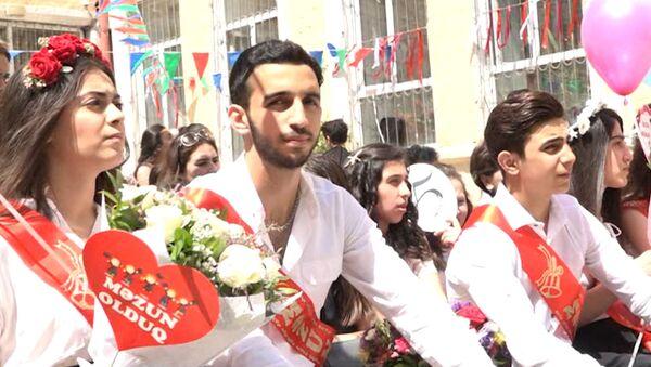 Последний звонок прозвенел для тысяч азербайджанских выпускников - Sputnik Азербайджан