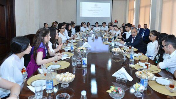 Микаил Джаббаров встретился с выпускниками, отличившимися особыми достижениями в учебе - Sputnik Азербайджан