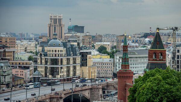 Вид на Константино-Еленинская башня и Москворецкая башня (справа налево) в Москве - Sputnik Azərbaycan