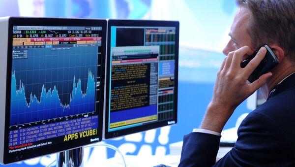 Экран, транслирующий биржевые графики и диаграммы, фото из архива - Sputnik Азербайджан
