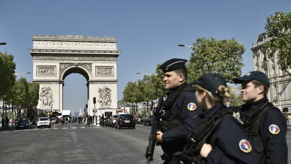Полиция на улице Елисейские поля в Париже, фото из архива - Sputnik Азербайджан