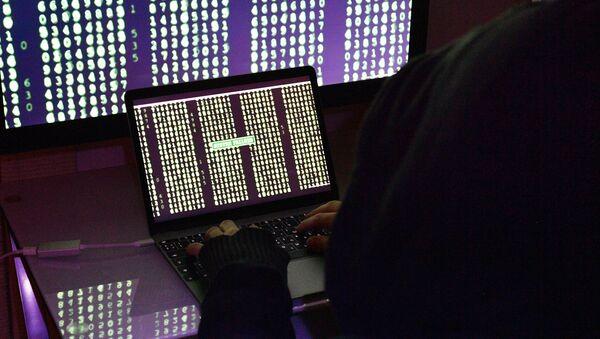 Строчки с цифрами на экранах компьютера и ноутбука - Sputnik Азербайджан