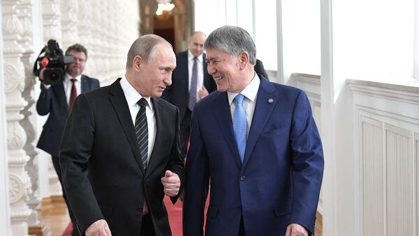 Президент РФ Владимир Путин и президент Киргизии Алмазбек Атамбаев (справа) перед переговорами - Sputnik Азербайджан