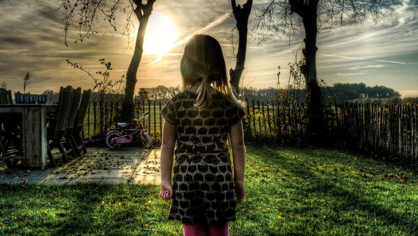 Девочка во дворе дома, фото из архива - Sputnik Азербайджан