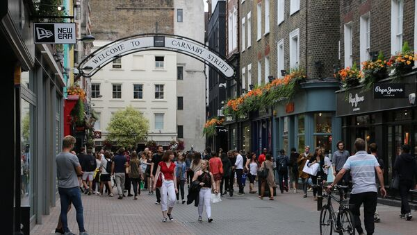 Горожане на улице Карнаби-стрит в Лондоне, фото из архива - Sputnik Azərbaycan