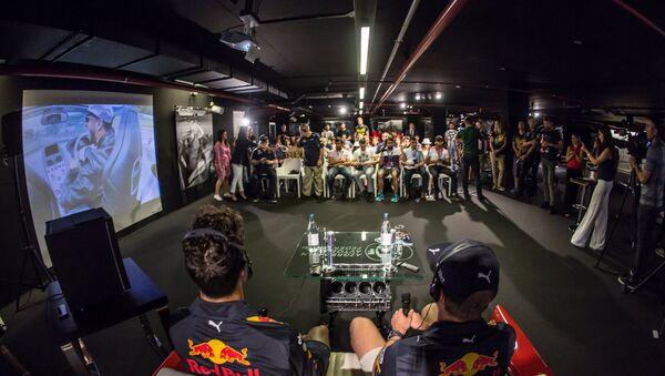 Пресс-конференция с участием автогонщиков команды Red Bull Даниэлем Риккардо и Максом Ферстаппен - Sputnik Азербайджан