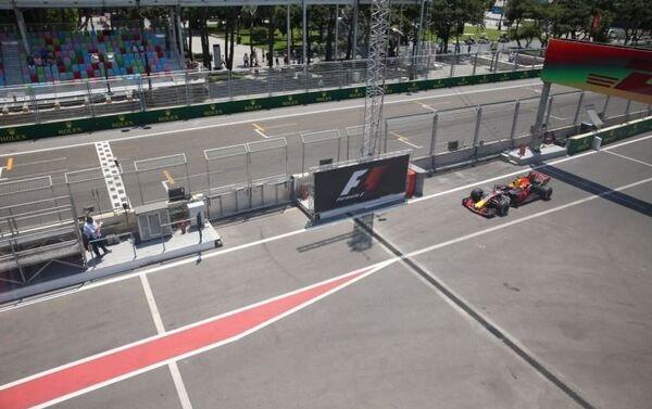 Первая сессией свободных заездов Гран-при Азербайджана Формулы-1 - Sputnik Азербайджан