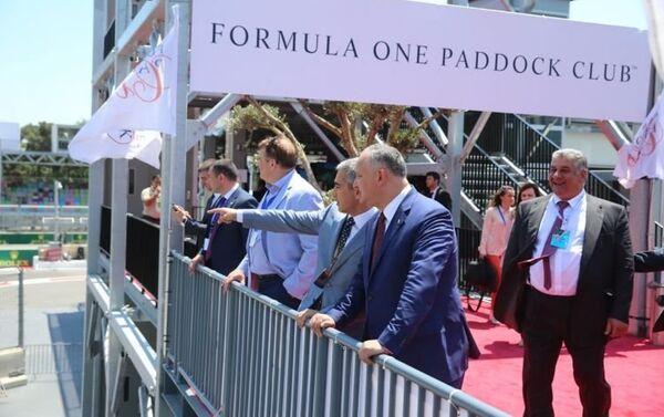 Президент Молдовы Игорь Додон и президент AAF Анар Алекберов наблюдают за сессией свободных заездов Формулы-1 - Sputnik Азербайджан