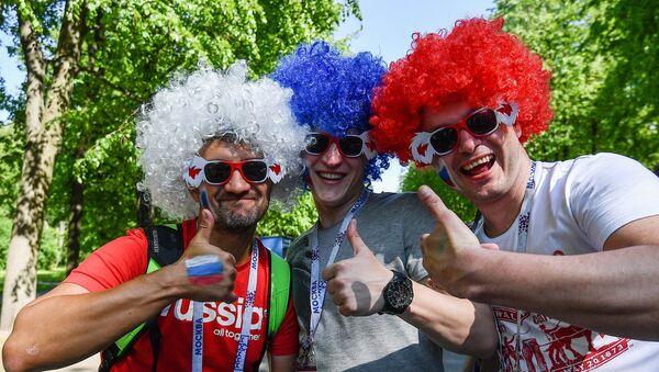 Российские болельщики у стадиона Санкт-Петербург Арена - Sputnik Азербайджан