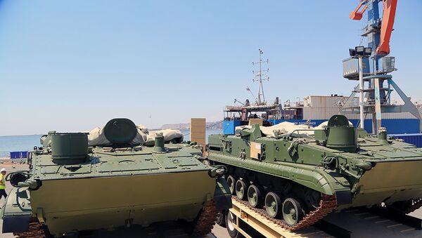 Партия российской военной техники, прибывшая в порт в Баку - Sputnik Азербайджан