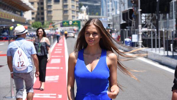 Playboy модель Виктория Одинцова на пит-лейне Формулы-1 в Баку - Sputnik Азербайджан