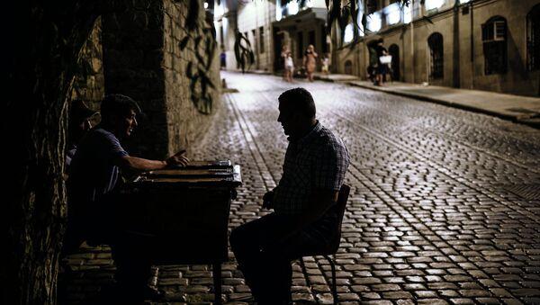 Мужчины играют в нарды на одной из улиц старого города в Баку - Sputnik Азербайджан