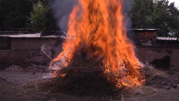 Героиновый смог — в Бишкеке сожгли 3,5 тонны наркотиков - Sputnik Азербайджан