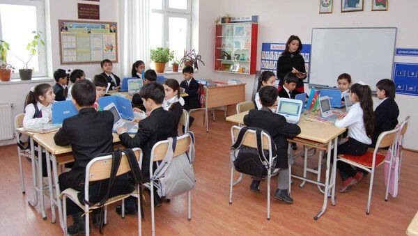 Учебный процесс в одной из бакинских школ, фото из архива - Sputnik Азербайджан