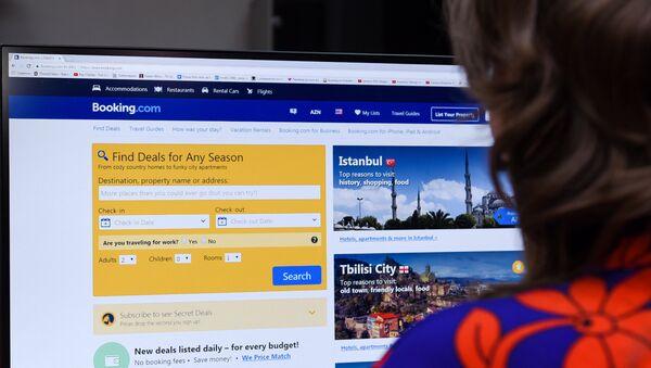 Девушка за просмотром сайта Booking.com - Sputnik Азербайджан