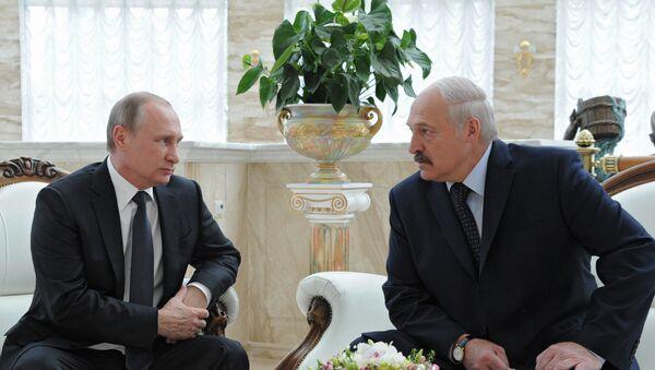 Президент России Владимир Путин и президент Белоруссии Александр Лукашенко во время беседы в Минске, 8 июня 2016 года - Sputnik Азербайджан