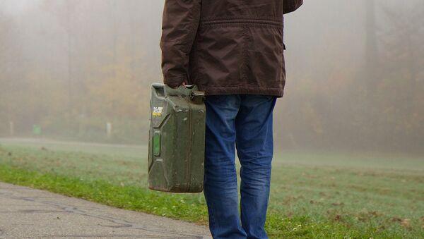 Мужчина с канистрой, фото из архива - Sputnik Azərbaycan