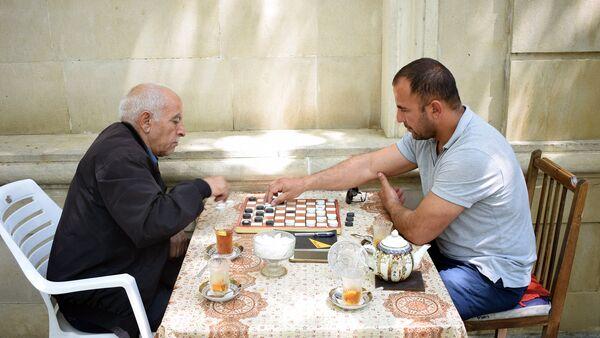Шакир Алиев играет в шашки с сотрудником Sputnik Азербайджан Ильхамом Мустафа - Sputnik Азербайджан