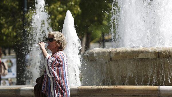Женщина во время жаркой погоды на улицах Афин, Греция - Sputnik Азербайджан